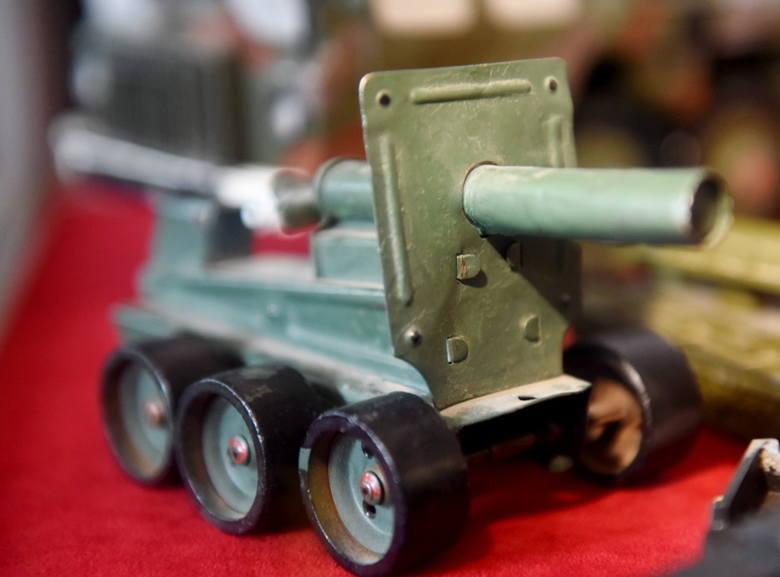 """Na wystawie """"Mała Armia"""" można zobaczyć w Lubuskim Muzeum Wojskowym w Drzonowie zabawki, którymi bawiły się dzieci przez kilkudziesiąt"""