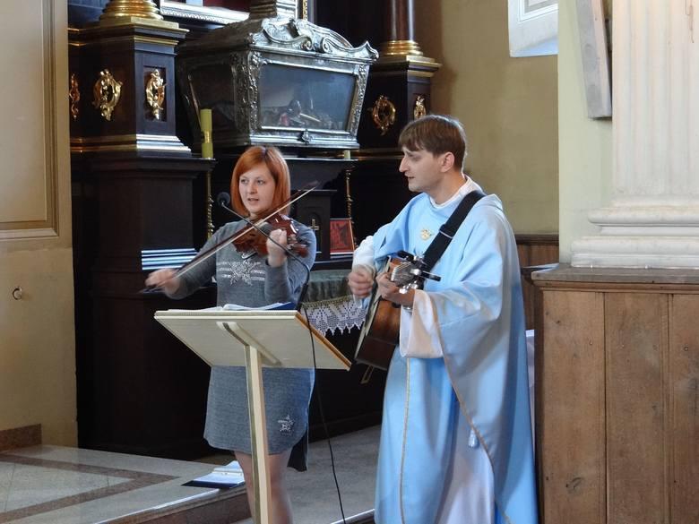 Występ na nabożeństwie w kościele św. Stanisława w Krzemieńcu - na gitarze gra ks. Łukasz Grochola, proboszcz