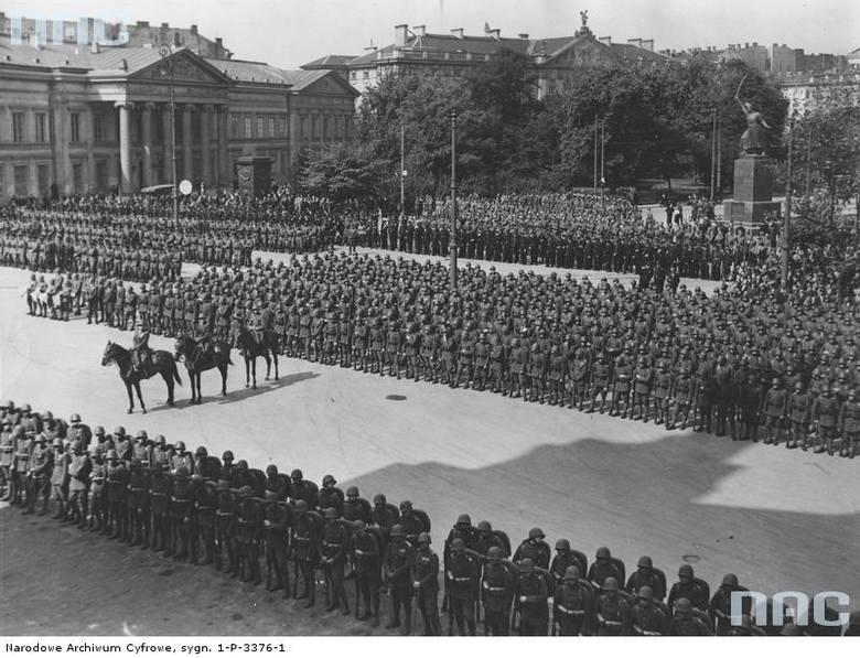 Oddziały wojskowe na placu Krasińskich. W głębi z lewej widoczny pałac Badenich, z prawej pomnik Jana Kilińskiego, 1936 rok.