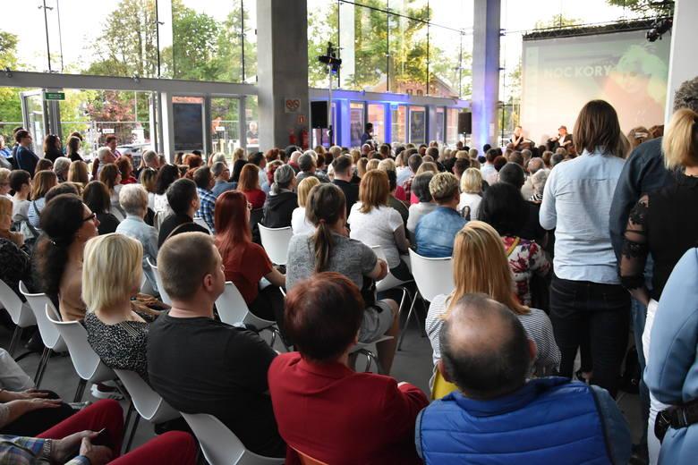 Hol Narodowego Centrum Polskiej Piosenki pękał w szwach. Niektórzy oglądali spotkanie z zewnątrz.