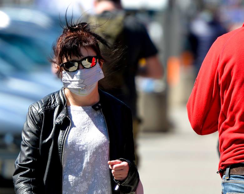 Kolorowe, w paski, w kropki, maski, chusty. Mieszkańcy Przemyśla w czwartek dostosowali się do nowych przepisów.Od 16 kwietnia polski rząd wprowadził