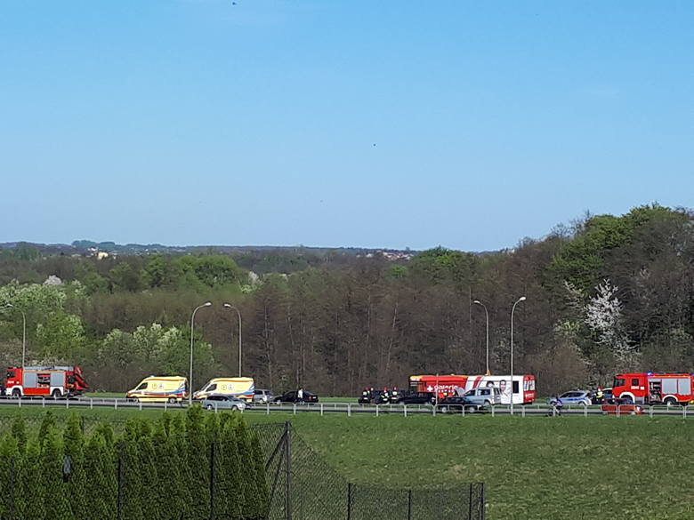Do kolizji doszło po godz.16 i uczestniczyły w nich 4 samochody osobowe. Jedna osoba jest badana w karetce, ale nie ma poważnych obrażeń. Na miejscu