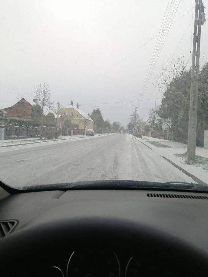 Wypadek na trasie Michałowo - Bondary. Samochód osobowy dachował. Na drogach bardzo ślisko! [ZDJĘCIA]