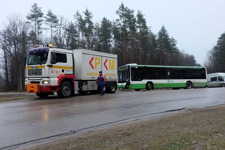 Grabówka: Wypadek autobusu komunikacji miejskiej linii 105. Cztery osoby ranne [ZDJĘCIA]