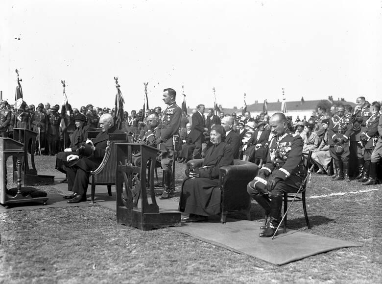 Prezydent w 1932 roku w Rzeszowie podczas odsłonięcia pomnika Lisa-Kuli od lewej na pierwszym planie: Aleksandra Piłsudska, Ignacy Mościcki, Elżbieta