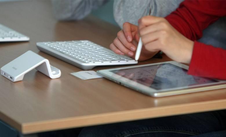 Tablety z klawiaturami w czasie pandemii służą zarówno uczniom uczestniczącym w projekcie Cyfrowa Szkoła Wielkopolska@ 2020, jak i innym, którzy ich