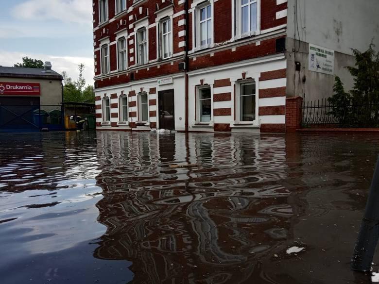W poniedziałek (20 maja) potężna ulewa przeszła nad Bytowem. Po nawałnicy, która przeszła nad miastem zalane są ulice oraz podtopione posesje. Strażacy