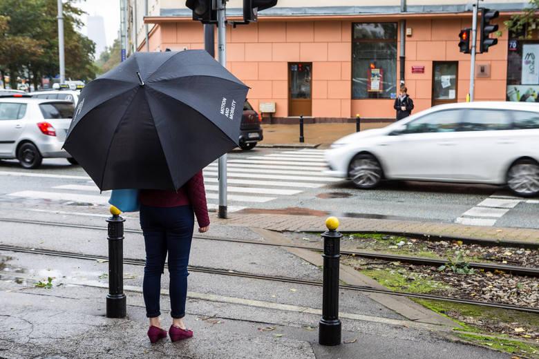 07.09.2017 warszawa warszawa w deszczu deszcz parasolka opady pogoda zimno chlod kaluza zla pogoda deszczowa pogoda parasol jesien nz pasy plac narutowiczafot.