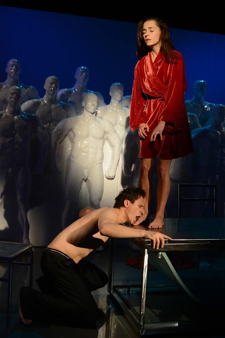 """Rewelacyjna """"Róża jerychońska"""": Mocny teatr, z którego trudno wyjść"""