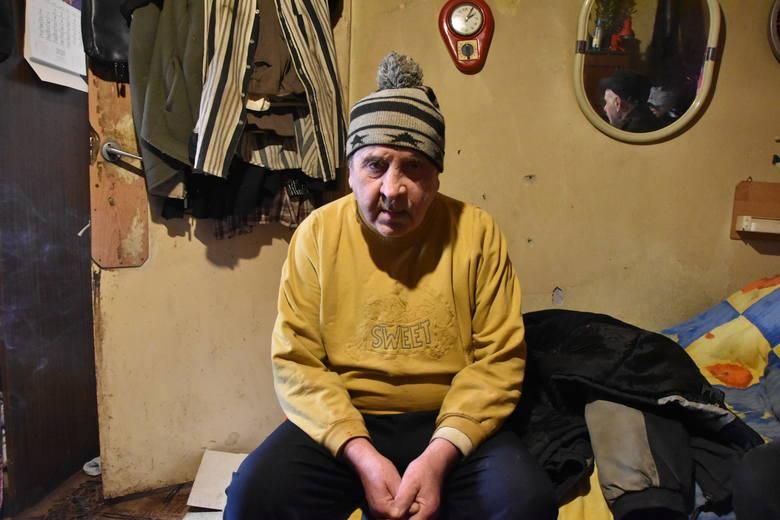Jerzy Zalewski w swoim mieszkaniu na poddaszu małej kamienicy w centrum Strzelec. Mówi, że czuje się oszukany. Formalnie ziemię biznesmenowi sprzedał, ale twierdzi, że nie miał o tym pojęcia. Dziś przy pomocy adwokata próbuje ją odzyskać