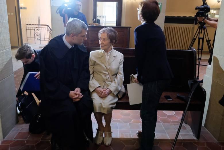 Stefania Chlebowska od lat walczy z Josefem L., którego oskarżyła o próbę oszustwa. Chociaż w środę po raz kolejny miał ruszyć proces mężczyzny, ostatecznie znowu do tego nie doszło. Josef L. ponownie nie stawił się w sądzie. Z kolei sędzia nie wyklucza zastosowania wobec niego środków...
