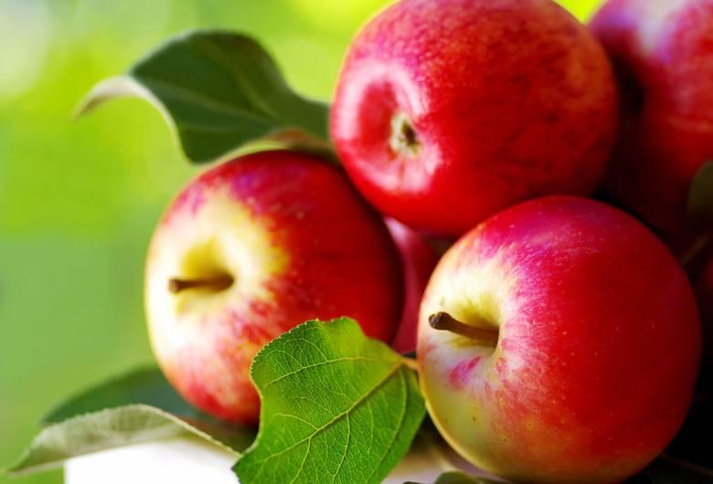 Średnie jabłko (180 g) dostarcza 97,2 IU witaminy A, która uczestniczy w procesach immunologicznych. Zawiera również 8,28 mg witaminy C pomagającej organizmowi