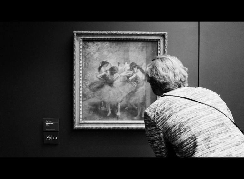 """Na zdjęciu jeden ze studentów Akademii Sztuk Pięknych przy """"Błękitnych tancerkach"""" Edgara Degasa. W Muzeum Orsay, które mieści się w dawnym gmachu dworca kolei dalekobieżnej z 1900 r, znajdziemy ogromną kolekcję dzieł impresjonistów i postimpresjonistów. Na sześciu piętrach muzeum można podziwiać..."""