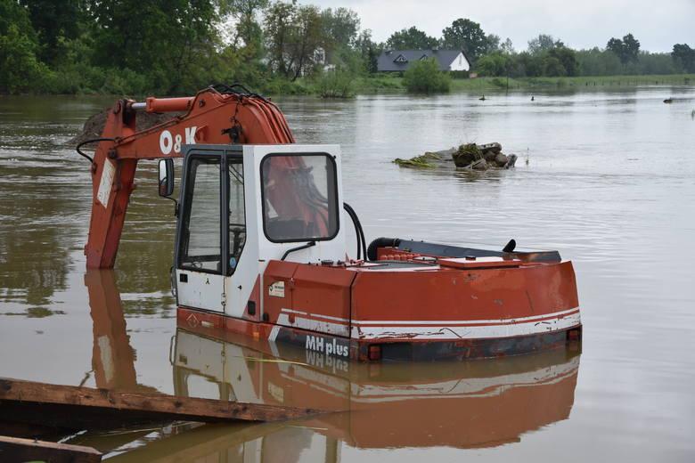 Kolejny dzień walki z powodzią na Powiślu Dąbrowskim. Wiele domów stoi nadal w wodzie [ZDJĘCIA]