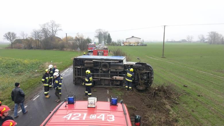Dwa samochody załadowane tonami towaru wywróciły się na chełmińskich drogach. W Dubielnie, mieszkaniec powiatu świeckiego wiozący alkohol renault mascott