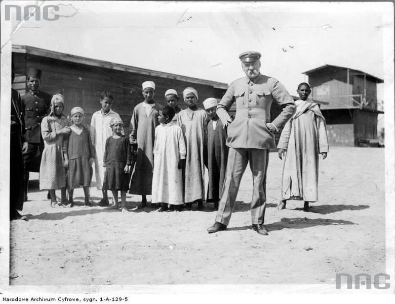 Józef Piłsudski w otoczeniu dzieci.