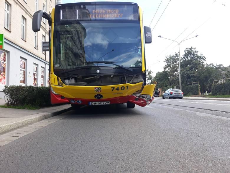 Na szczęście nikt nie odniósł obrażeń, ale uszkodzony autobus na kilkadziesiąt minut zablokował pas ruchu