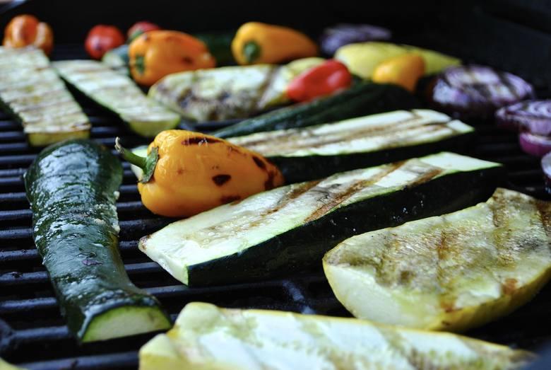 Obiad na upały. Co jeść, gdy jest gorąco? Pomysły i przepisy na obiad na lato i upały