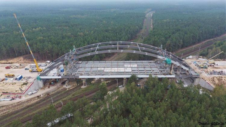 We wrześniu zakończyło się też podnoszenie i scalanie wiaduktu nad liniami kolejowymi w kierunku Trójmiasta.  ➤ ➤