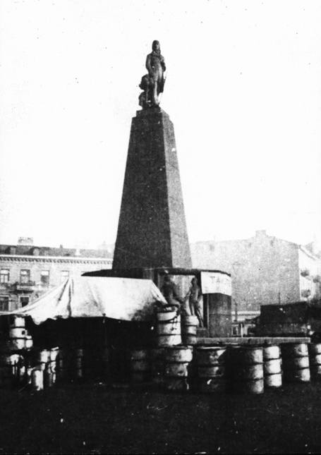 W pierwszych miesiącach wojny przed pomnikiem Tadeusza Kościuszki Niemcy urządzili skład paliw dla pojazdów wojskowych.