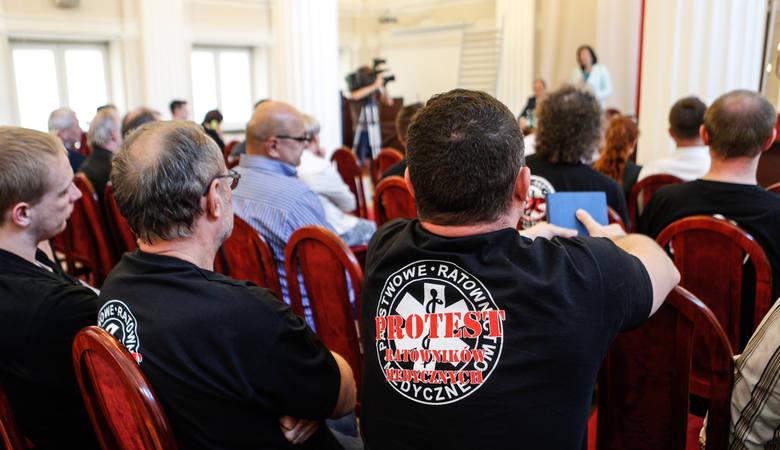 Podczas wczorajszego spotkania roboczego w urzędzie wojewódzkim ratownicy medyczni z całego Podkarpacia złożyli na ręce wojewody pismo wzywające do realizacji
