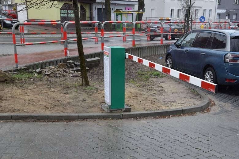 """Parking przy szpitalnych poradniach w Zielonej Górze już płatny. W internecie wrze. """"Wstyd"""", """"głupota"""" - piszą mieszkańcy."""