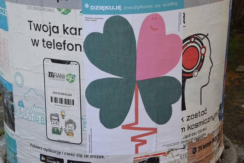 Plakaty wspierające medyków, ale też zachęcające do zostania w domu, można zobaczyć w wielu punktach Zielonej Góry. Projekt: Paweł Mildner.