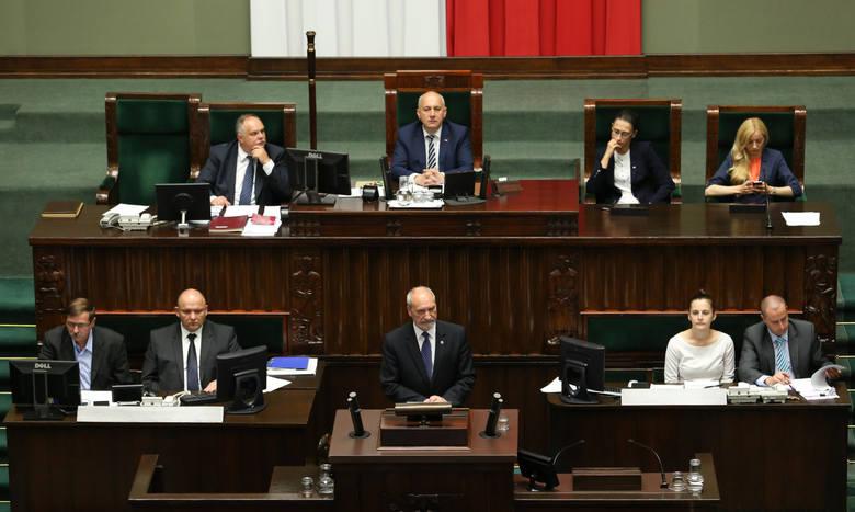 Silnego poparcia szefowi MON udzieliła premier Beata Szydło.
