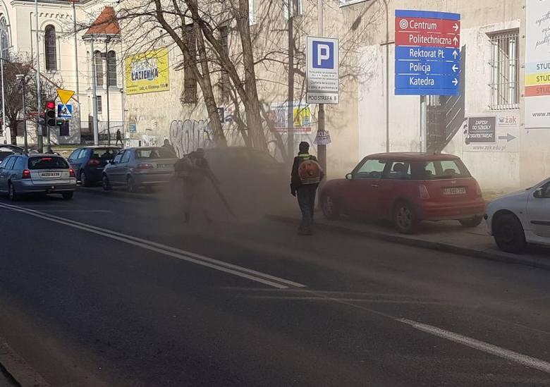Tak się sprząta w Łodzi - piach z jezdni ląduje na samochodach i chodniku...