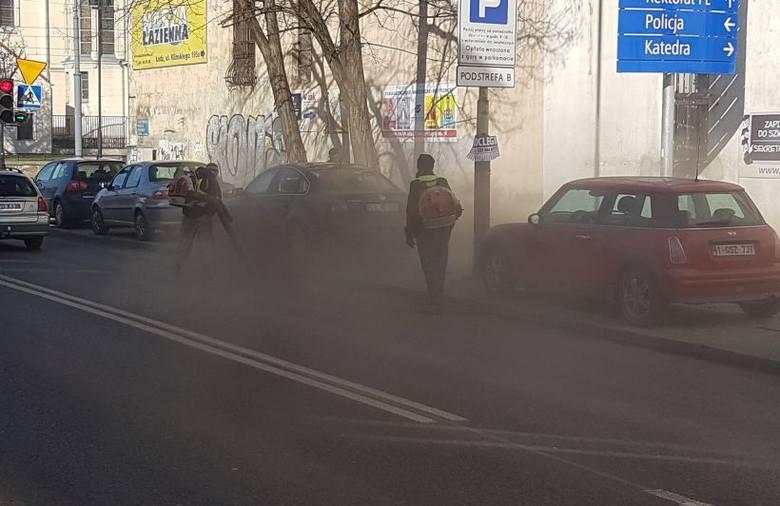 Miasto niedawno ogłosiło wielką akcję sprzątania po zimie. Jak sprzątanie Łodzi wygląda? Najlepiej widać na załączonych w galerii zdjęciach i filmie