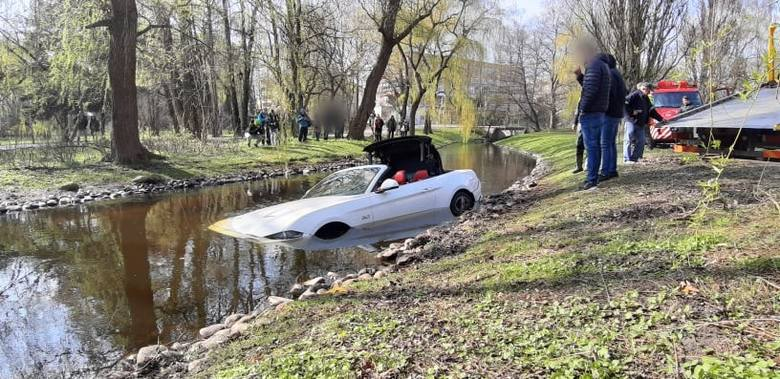 W sobotnie popołudnie do niecodziennego zdarzenia doszło w koszalińskim parku. Kierowca wjechał do rzeki. Kierowca forda mustanga wykonywał manewr cofania