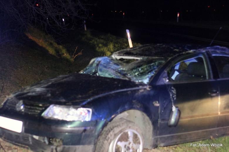 Wczoraj, 24 bm., w godzinach wieczornych przy ul. Kołobrzeskiej w Karlinie kierujący volkswagenem passatem stracił panowanie nad pojazdem i dachował.
