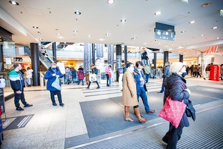 W tygodniu 15-21 lutego br., w dni handlowe, wskaźnik odwiedzalności kształtował się na na poziomie 77 proc. wartości analogicznego okresu 2020 roku