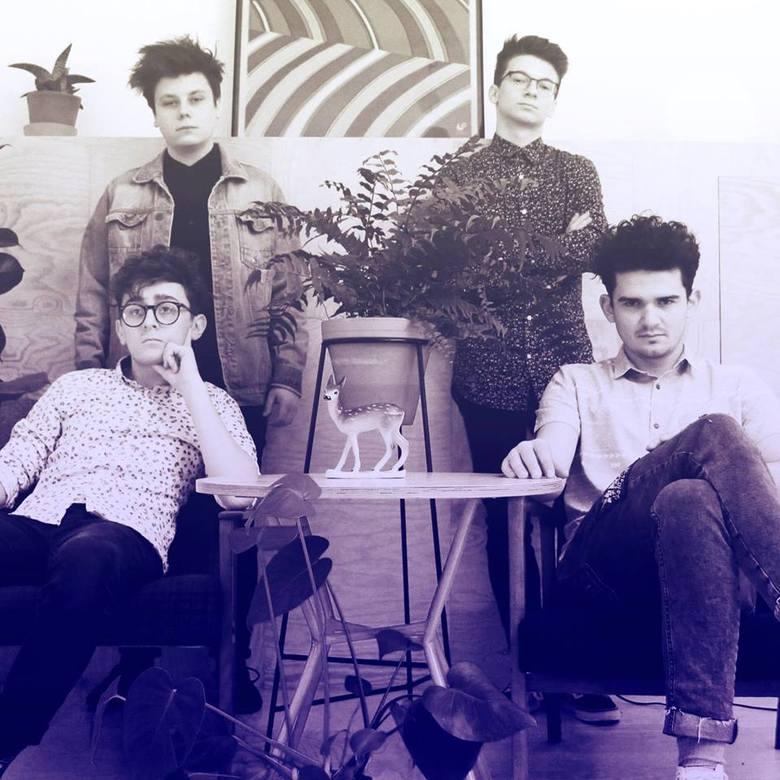 """Sonbird, 18:30-19:05Zespół SONBIRD tworzy czwórka przyjaciół z Żywca, którzy grają muzykę z pogranicza indie/art pop. Pierwszy singiel """"Ląd"""""""