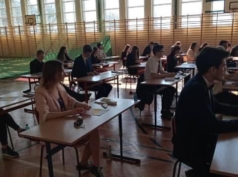 Od języka polskiego rozpoczęli we wtorek 4 maja maturzyści swój egzamin dojrzałości. W Liceum Ogólnokształcącym imienia Jana Pawła II do matury podeszło