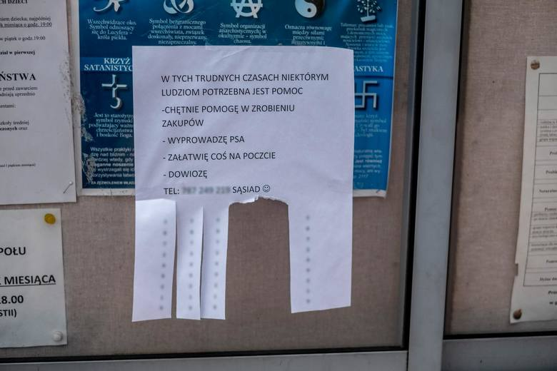 Gdy Główny Inspektorat Sanitarny i władze Poznania zaapelowali, by osoby starsze, w miarę możliwości, pozostawały w domach, nastąpiła wielka mobilizacja społeczeństwa, by pomóc tym, którzy na działanie patogenu są najbardziej narażeni. Na klatkach schodowych niektórzy umieścili kartki z...