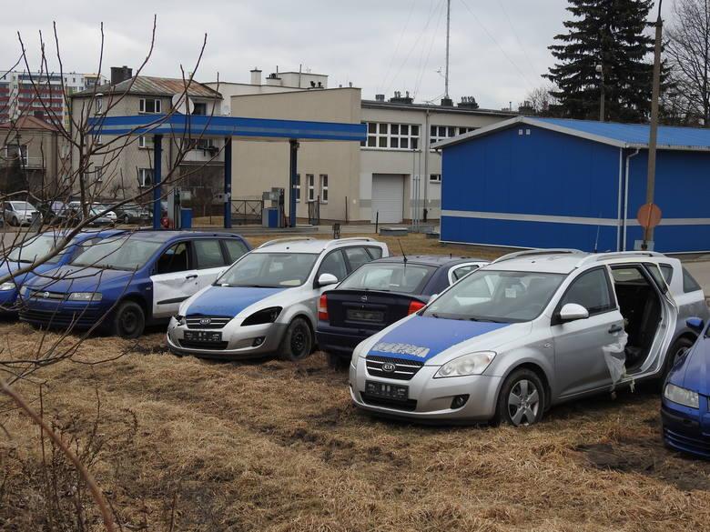 Na terenie policyjnej stacji obsługi przy ul. Hajnowskiej w Białymstoku mieści się prawdziwe cmentarzysko radiowozów. Są tu auta, które już do niczego
