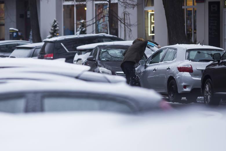 Mandaty dla kierowców w zimę. Na co trzeba uważać? Za błahe rzeczy można zapłacić!