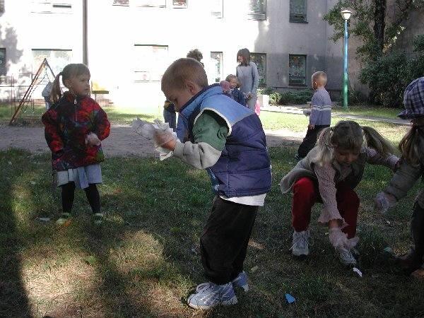 """Na zdjęciu: w akcji grupa """"Smerfy"""" z  Przedszkola nr 8 przy ulicy Targowej."""