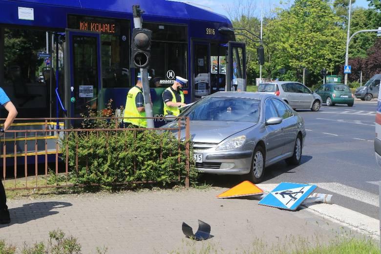 Wypadek na Toruńskiej. Kobieta wjechała w tramwaj (ZDJĘCIA)