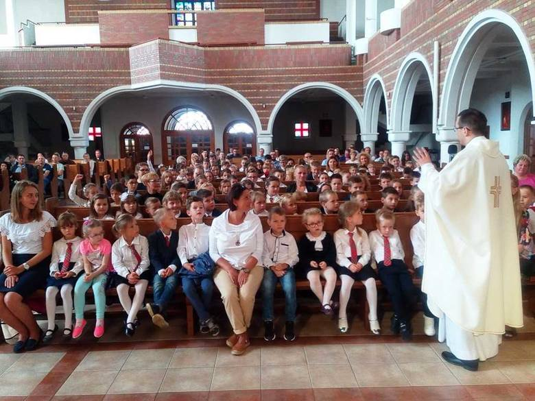 W kościele pw. Świętej Królowej Jadwigi odbyła się uroczysta msza św. z okazji rozpoczęcia roku szkolnego 2018/2019 w Katolickiej Szkole Podstawowej