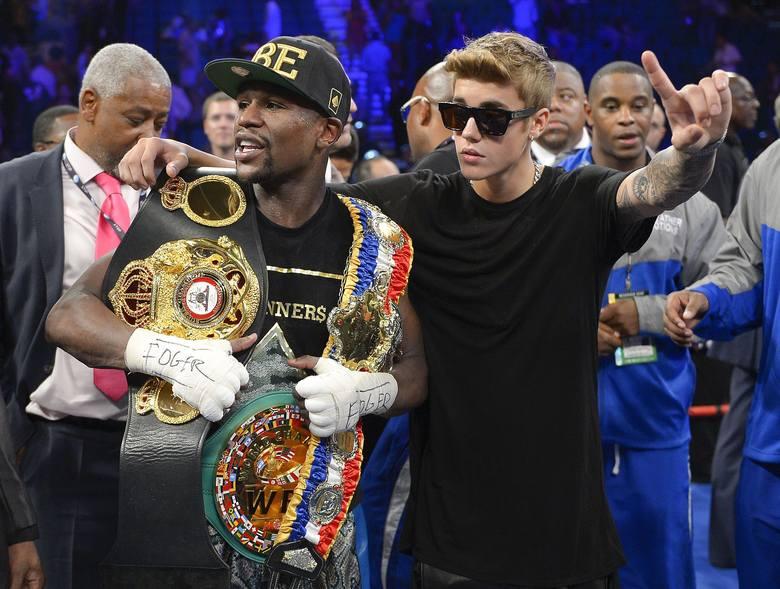 Bieber (z prawej) i Floyd Mayweather Jr