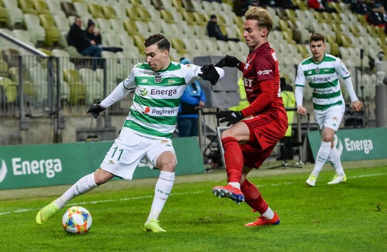 Kadra Lechii Gdańsk zmieni się na nowy sezon. Pisaliśmy, kto może wzmocnić drużynę w letnim okresie transferowym. Nie obejdzie się też bez transferów
