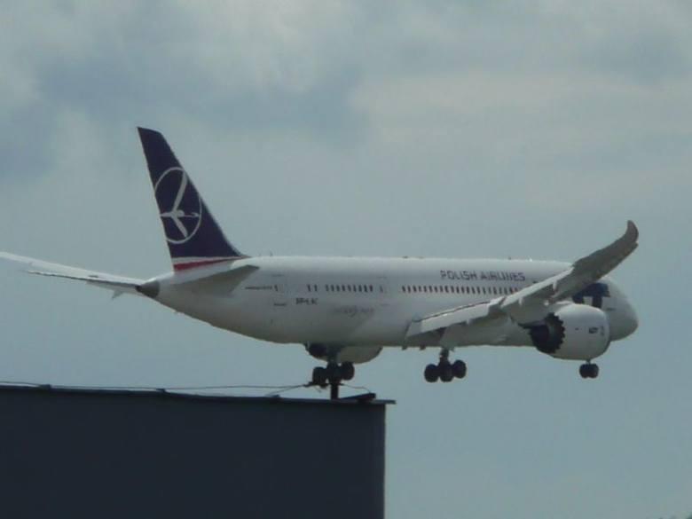 Dreamliner leci na lotnisko w Bydgoszczy