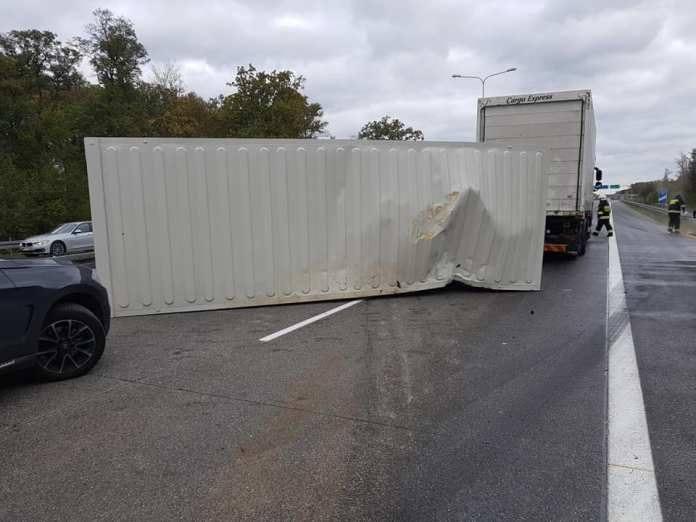 Do zdarzenia doszło w sobotę, 27 października, na autostradzie A2 na wysokości Trzciela w powiecie międzyrzeckim. Zablokowane są pasy w kierunku Poznania.Kierowca