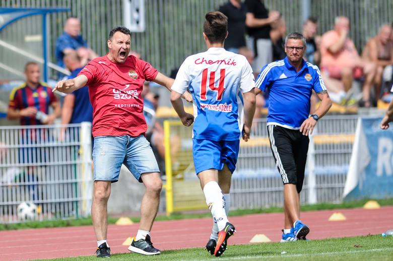 Mirosław Biniecki (z lewej) manifestuje swoją radość po jednej z bramek strzelonych przez Chemika.