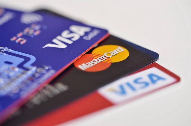 100 zł zbliżeniowo bez PIN-u. Visa i Mastercard mają pozwolenie NBP.