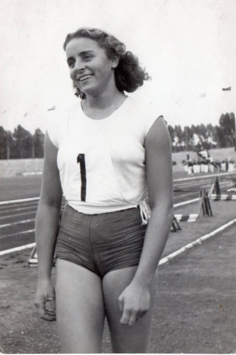 Profesjonalne treningi rozpoczęła w 1952 roku w poznańskim AZS-ie