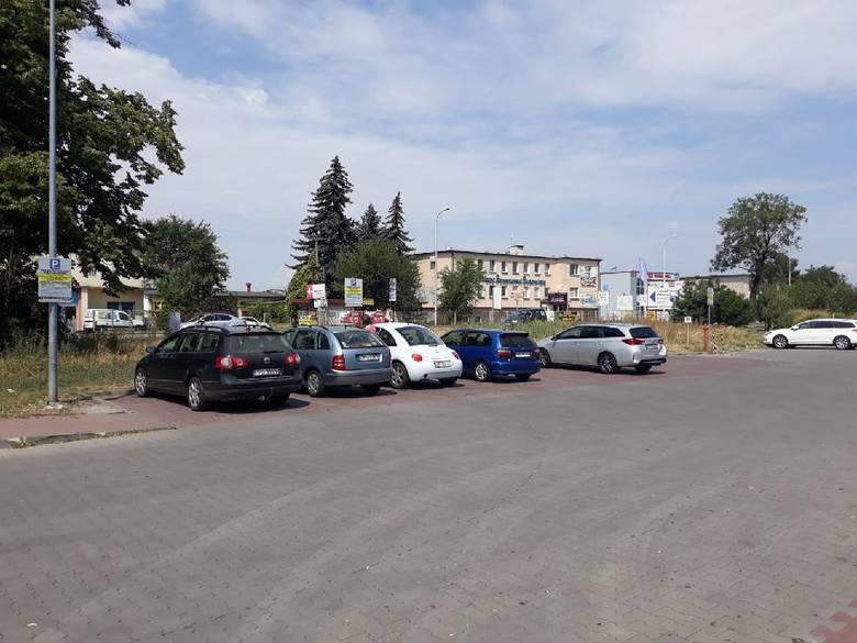Parkin przy Biedronce przy ul. Oleskiej 104. Klienci mogą parkować za darmo przez 90 minuta, ale pod warunkiem, że wybiorą bilet.