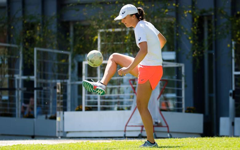 """WTA Rzym. Iga Świątek nie tylko świetnie gra w tenisa. Całkiem nieźle radzi sobie również w... bramce. """"Jesteście tam Łączy Nas Piłka?"""""""